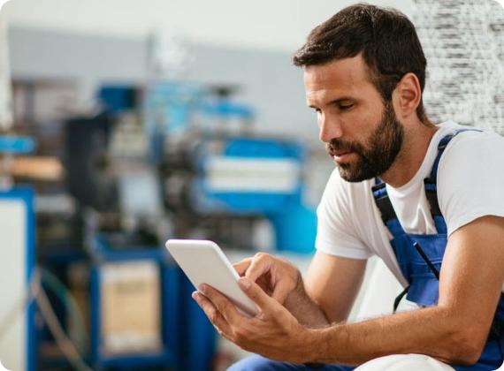 Lavoratore digita su smartphone