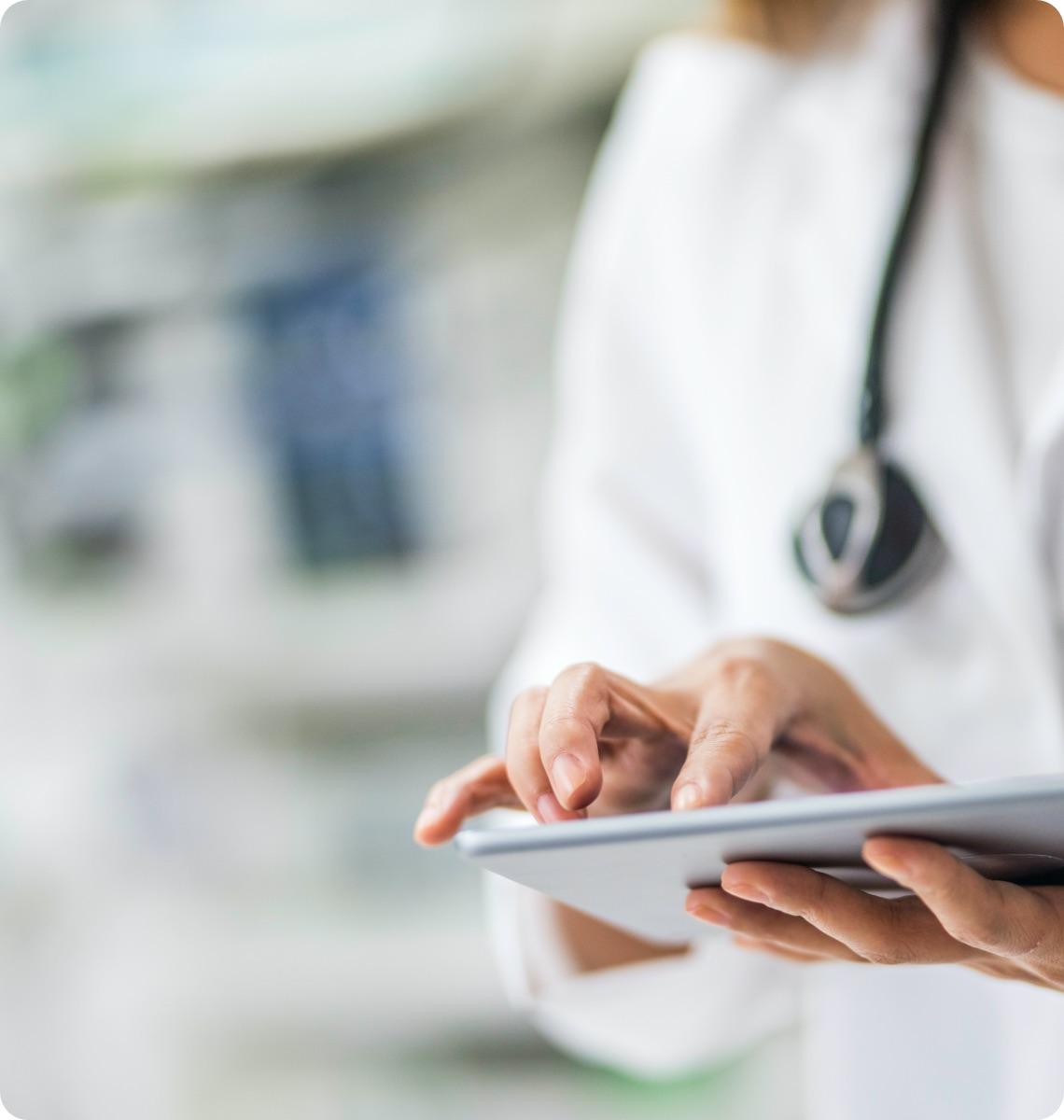 Medico usa il tablet